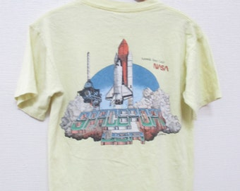 1988 NASA KENNEDY SPACE Center Spaceport U.S.A. Shuttle Vintage 80s Yellow T-Shirt / Size Medium