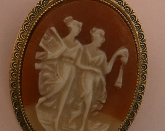 B653) A lovely vintage gold tone metal resin cameo classical figures oval brooch
