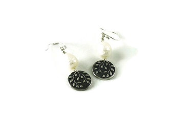 Mini falling leaves earrings with pearls