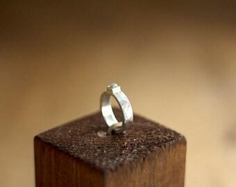 Anillo con diamante en bruto hecho a mano en plata 925ml. Con una textura antigua