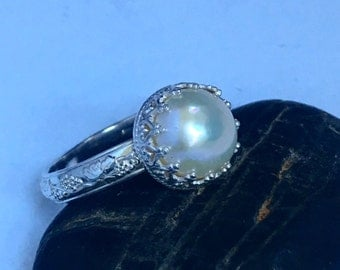 Pearl ring with decorative band