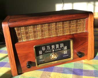 Beautiful vintage antique 1940s GE AM tube radio with wood cabinet restored inside and out. Looks and plays great!
