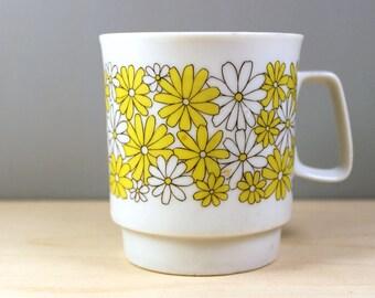 Daisies. Vintage 1970s Stylecraft porcelain mug.