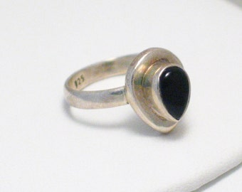 size 7.75 white 925 Sterling silver jet black onyx agate tear /  pear cut solitaire gemstone ring band