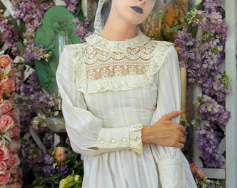 Vintage 70's Dress Victorian LACE Romantic CREAM Cotton // Vintage dresses by TatiTati Style on Etsy