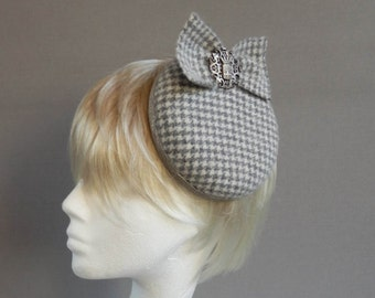 Houndstooth grey and off white tweed felt cocktail hat with bow and small crest on comb