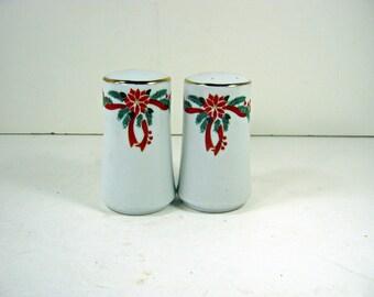 Vintage POINSETTIAS & RIBBONS SHAKERS Salt Pepper Holiday Christmas
