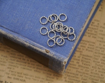 100 Closed Detailed Antique Silver Round Jump Rings Hoops 8mm  (SF2839)