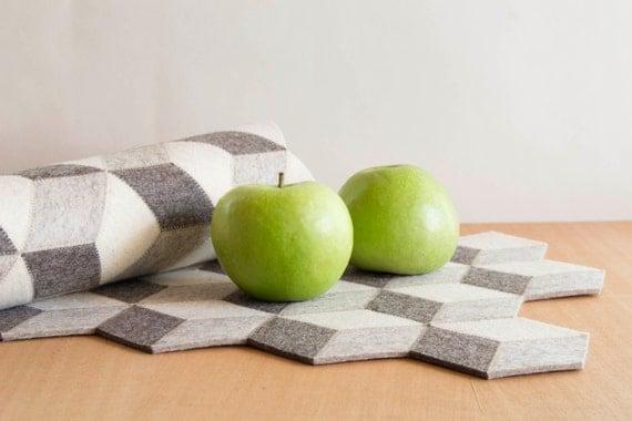 Light grey felt table runner, wool felt runner, geometric runner, cubes, home decor, wool felt, gift idea, handmade, made in Italy