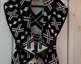 Vintage Abstract Fall Winter Warm Fashion Women's Sweater Black and White Size Large Petite