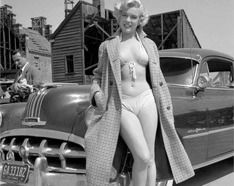 Marilyn Monroe in an early modling photo from the 1940's # 8