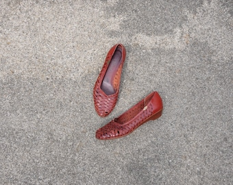 maroon leather wedges / dark red wedge huaraches / vintage woven shoes 8
