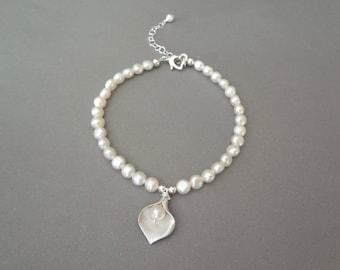 Silver calla lily bracelet ~ Pearl bracelet ~ Freshwater pearls ~ Calla Lily ~ Brides bracelet ~ Bridesmaids ~ Wedding Jewelry ~ Gift