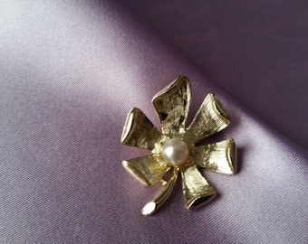 Vintage Gold Tone and Pearl Pin