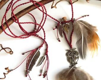 Magic Wisdom Owl Burgundy macrame Necklace with natural feathers - Collier macramé bordeau hibou magique avec plumes naturelles