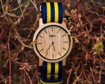 Montres élégantes de bois à la main avec la conception tchèque d'érable avec Bracelet Nato bleu/jaune