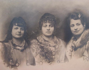 French old portrait of 3 sisters taken in 1919.