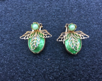 Vintage Peridot Green Plastic Rhinestone with a Faux Pearl and Gold Leafs 0680