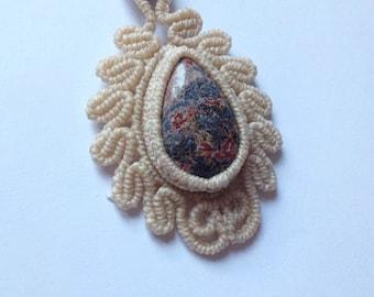 Macramè pendant with leopard skin jasper.