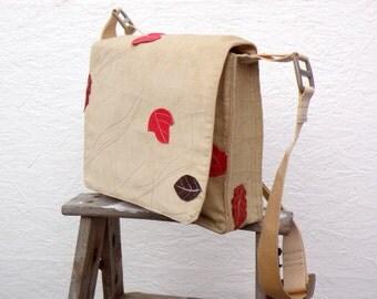 Schultertasche. Vintage Deutsche Trachtenstoff. Beige Kord Messenger mit Blätter, Rot und Braun. Längenverstellbare Schulterriemen.