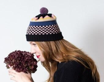 Strickmütze Tillie - Pompon Beanie aus Merinowolle, rosa-schwarzes Schachbrettmuster, schwarzes Strickbündchen - gestrickt von  MARGOT & ME