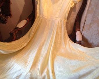 1940's yellow ballgown. Little original shoulderpads. Circular skirt. Nipped waist. . 34 bustx28x56 length