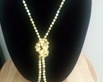 Amber beads. 琥珀珠子。
