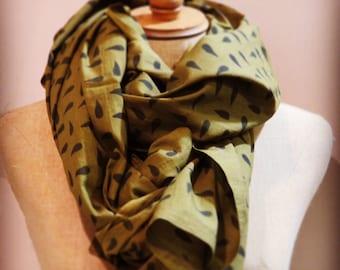 Khaki printed scarf drops black