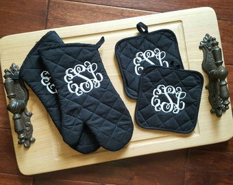 Personalized kitchen set. 2 oven mitts and 2 pot holders monogrammed.