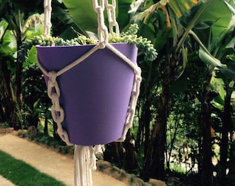 Ornament to hang the potted plant in macrame white