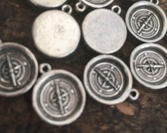 12 breloques argent en forme de boussole/ Set of 12 compass pendants