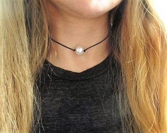 Pearl choker, leather pearl choker, pearl chocker, pearl leather choker, white pearl choker, leather cord choker, leather chocker necklace,