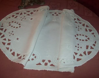 A vintage table runner in white linen, hand-embroidered doily