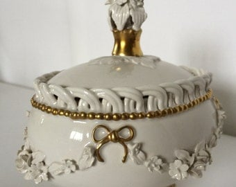 Porcelain bowl with lid from a Capodimonte studio artist - white porcelain with gold details
