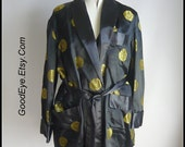 Vintage Mens Black Gold Satin Smoking Jacket / Robe  Size 48 to 50 Chest / PLAYBOY Metallic Pimp Party 1970s VLV Lounge