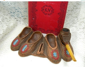 Pipe Holder, Moccasins Design, Vintage c1930s, Composite Material, Brown with Red and Blue, Tobbaciana Collectible