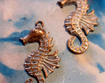 Frosted White Patina on Antique Copper Plate Cast Alloy Seahorse Charms 2054WHTCOP x2