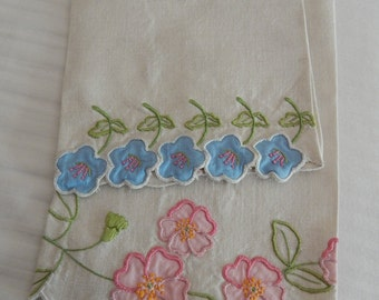 2 Embroidered Applique Linen Handtowels - Vintage Linens - Floral - Home Decor