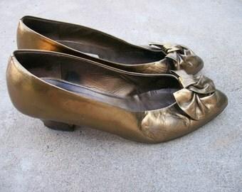 Vintage Gold Pumps // Italian Versani Heels // Size 8 Medium B Shoes // Metallic Toe Bows // 1980s Era Lame Style