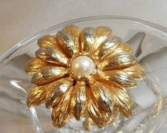 FALL SALE Vintage Flower Brooch. Faux Pearl Center. Spring Flower Blossom Pin.