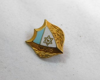 Vintage Gold Tone Jewish Pin that Reads Adas Israel made by The Metal Arts Co DR-1
