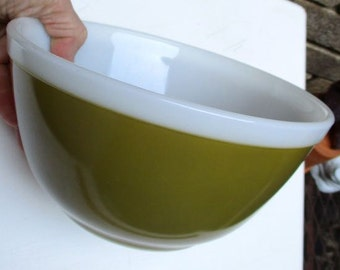 Vintage Pyrex green bowl 1.5 qt. Avocado army olive green white trim ovenware 402 retro Kitchen mixing serving cooking USA trademark 12