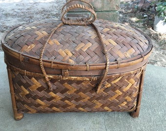 Vintage basket with lid, picnic basket with lid, vintage basket