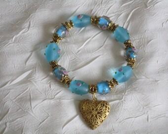 Bracelet en perles lampwork turquoises et coeur doré.