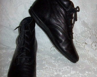 Vintage Ladies Black Leather Ankle Boots by Easy Spirit Size 4 Only 10 USD