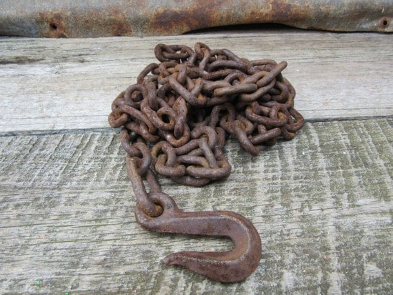 Antique Farm Chain : Antique metal farm chain with hook hoisting tow feet