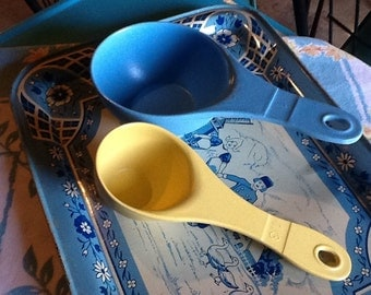 Measuring Cups Vintage Blue Yellow