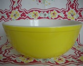 Large Pyrex Mixing Bowl - Primary Yellow / 4 Quart Pyrex 404 - Vintage Kitsch Circa 1950s