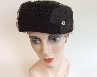 50s Dark Brown Felt Wool Pill Box Hat / 1950s Zephyr Felt Ribbon Embellished Hat With Ribbon