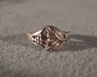 Vintage Sterling Silver Ring with Grapes and Leaves Designs, Size 6    **RL